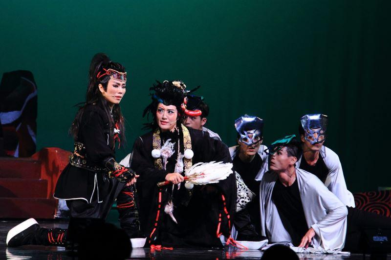 《鞍馬天狗》李佩穎飾宗房(左)、劉建華飾神妖天狗(右),奇巧劇團提供