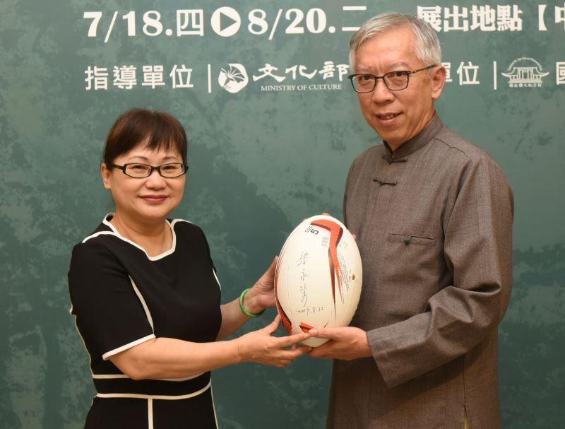 國父紀念館梁永斐館長簽名於橄欖球上贈送黃秋菊(左)留念