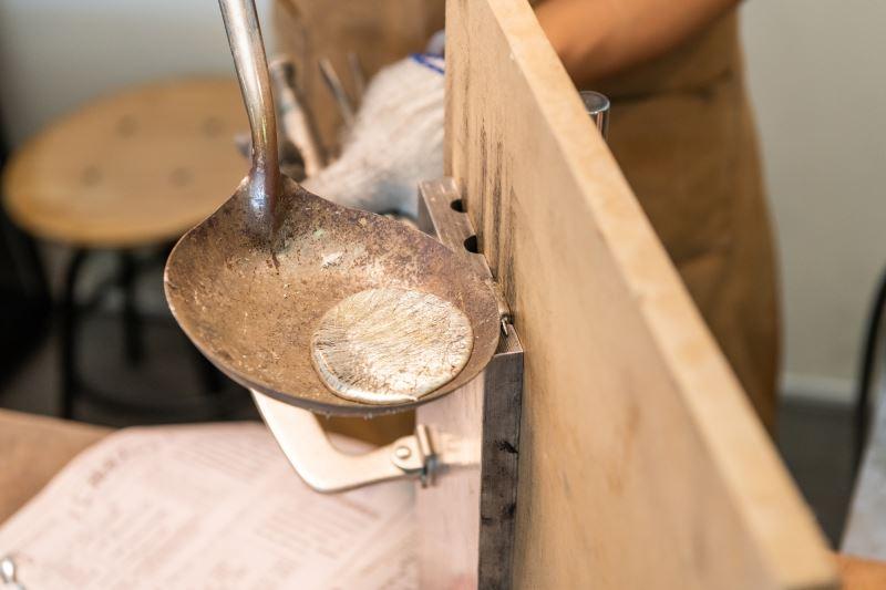 將液態的錫灌入模具中
