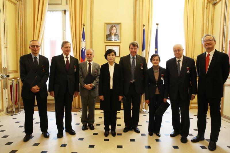 鄭麗君部長、台灣駐法國代表處吳志中大使與六位獲頒文化獎章的受獎者合照。左起為法蘭西學院前秘書夏侯巖(Pierre Charau)先生、德沃維(Pierre Delvolvé)院士、安德勒(Daniel Andler)院士、達恪斯(Xavier Darcos)院長、巴斯蒂(Marianne Bastid-Bruguière-院士、人文政治科學院(Académie des sciences morales et politiques)皮特(Jean-Robert Pitte)終身秘書。