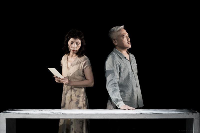 《星圖》透過崑曲、戲劇文本與肢體來建立對話,兩人有多場精彩對角戲