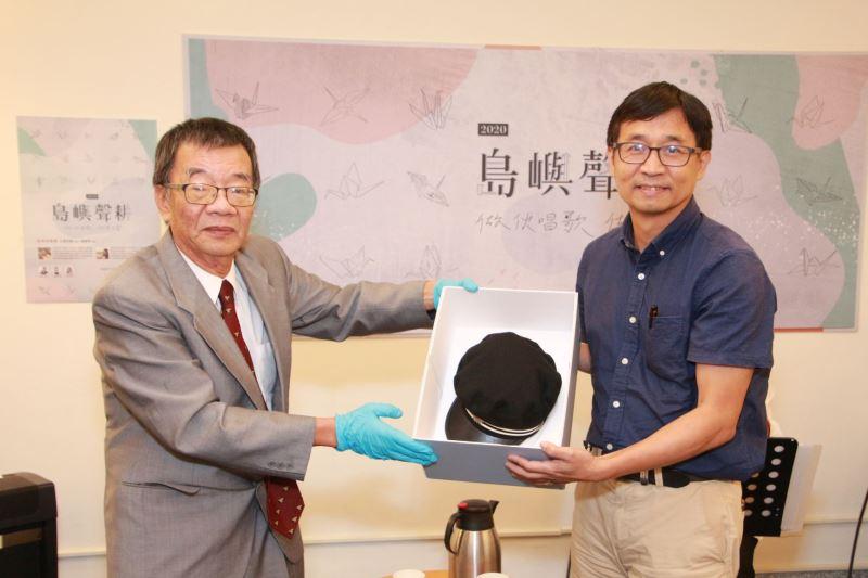 葉光毅老師(左)捐贈父親葉盛吉前輩當年日本第二高等學校時之白線帽供人權館典藏研究