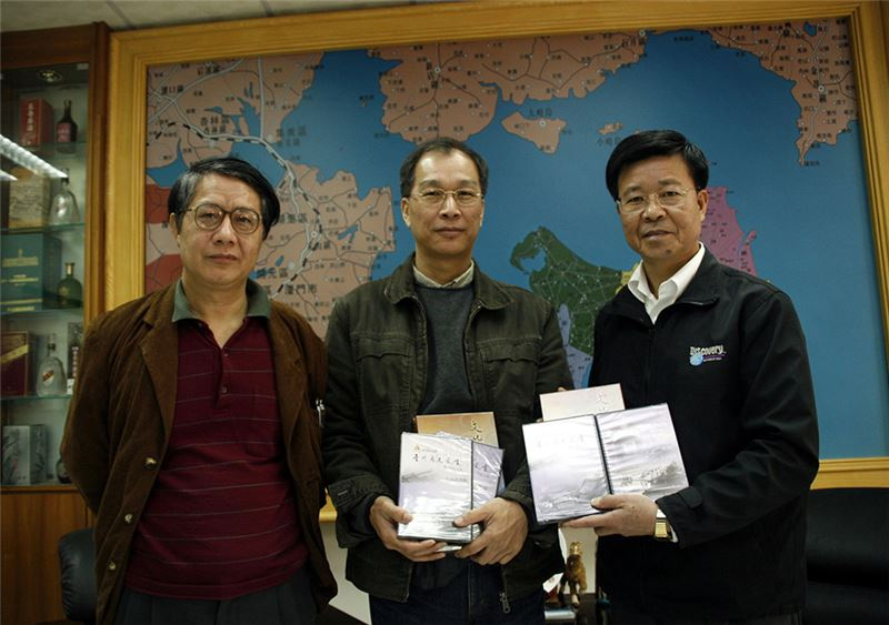 Jinmen writer Huang Kequan (left) and composer Li Ziheng (center) with Jinmen County commissioner Li Zhufeng (right). (Source: Central News Agency)