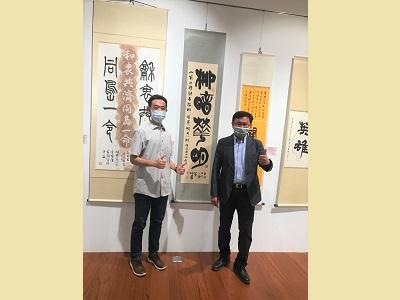 立法委員黃國書與國父紀念館館長王蘭生於委員作品《柳暗華明》前合影。