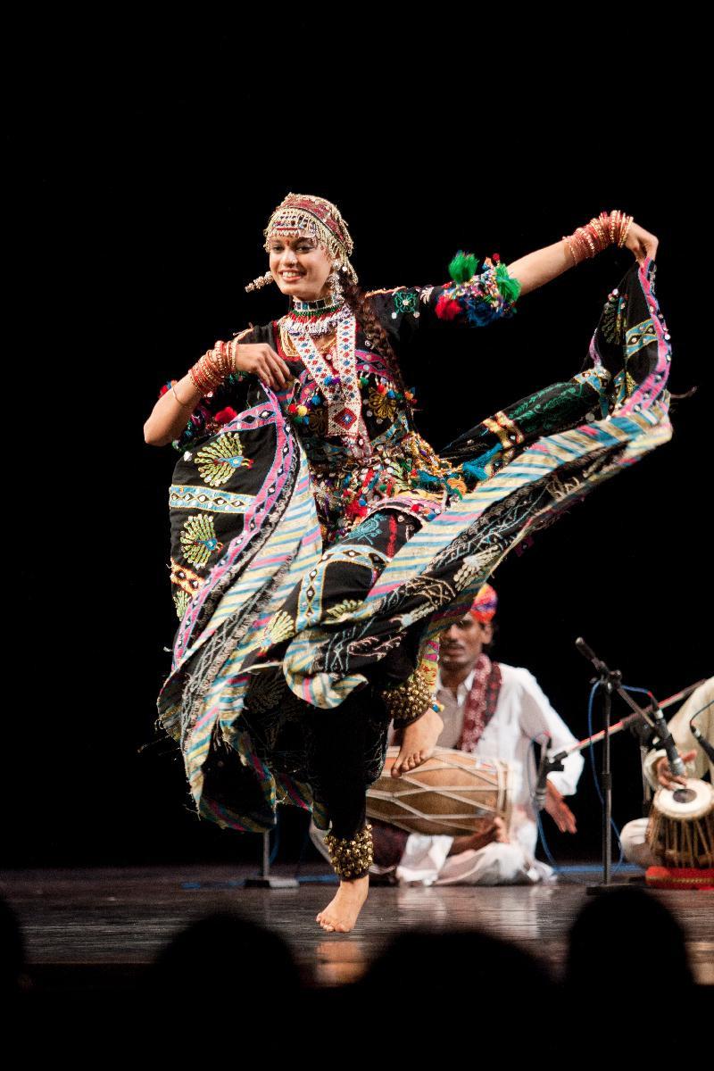 印度行旅者樂舞團舞者的繽紛珠飾彩裙是舞場上亮眼的一道風景