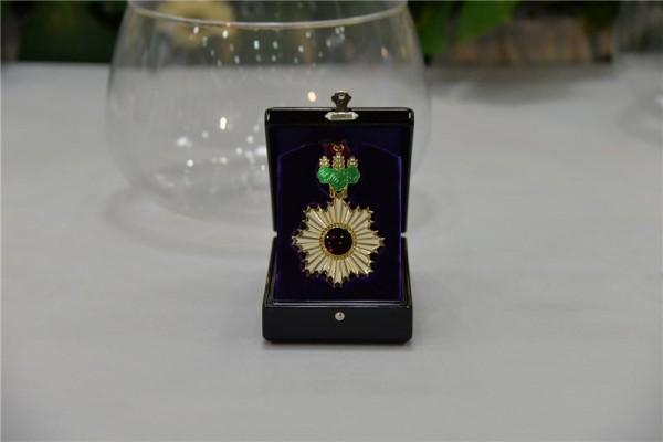 Medallion for Japan's Order of the Rising Sun (旭日中綬章).