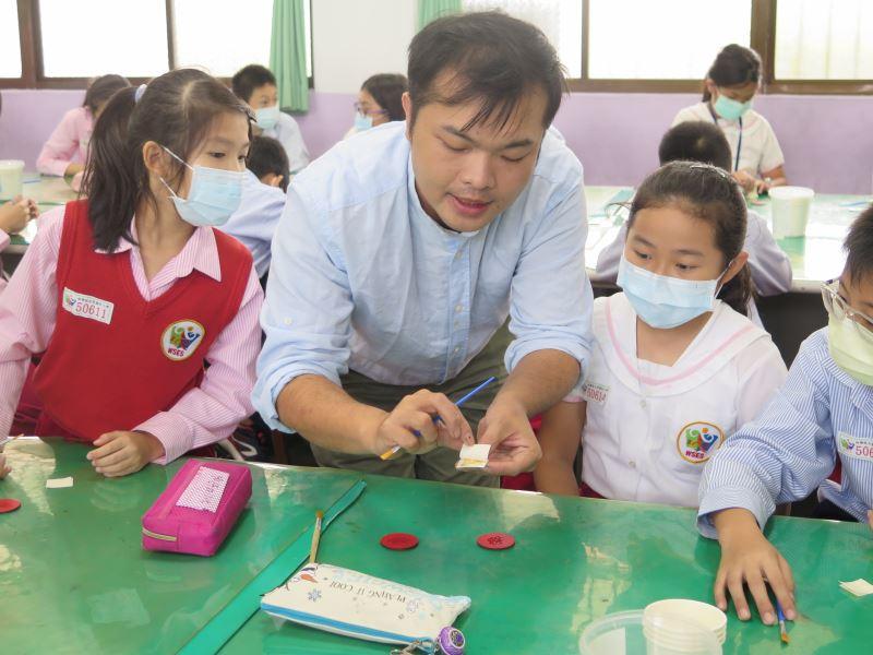 07-陳宗蔚老師示範貼金。