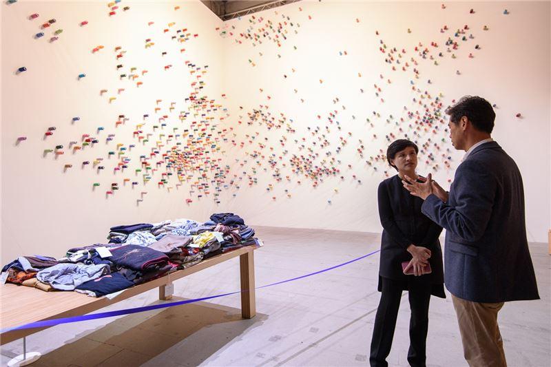 鄭部長參觀威尼斯雙年展會內展李明維「補裳計畫」展場。