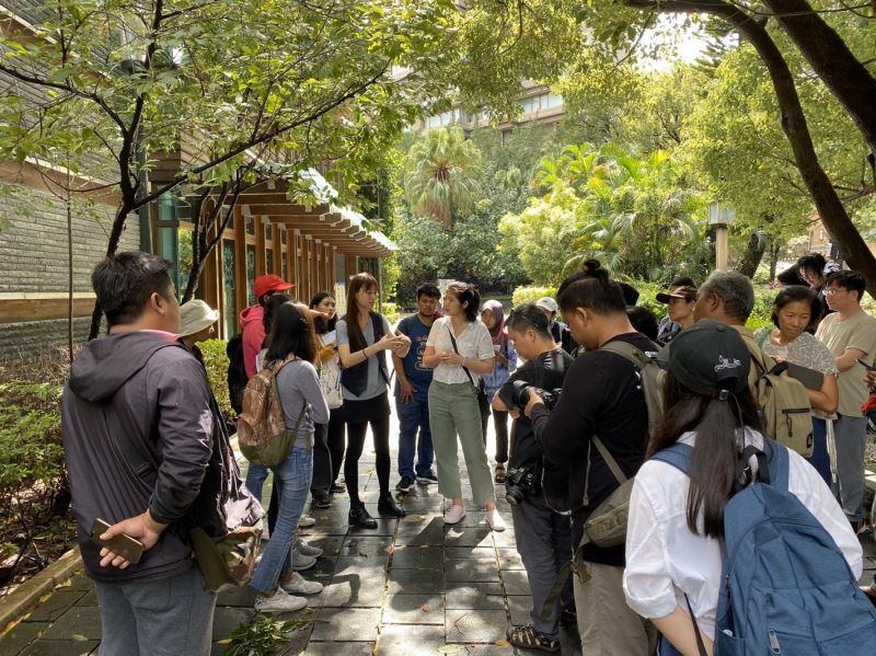 """泰國的民間文化網絡""""Djung Space Network Thailand""""拜訪台北市立圖書館北投分館,理解公共閱讀的實體空間與環境的連結以及建築空間規劃傳遞的訊息。"""
