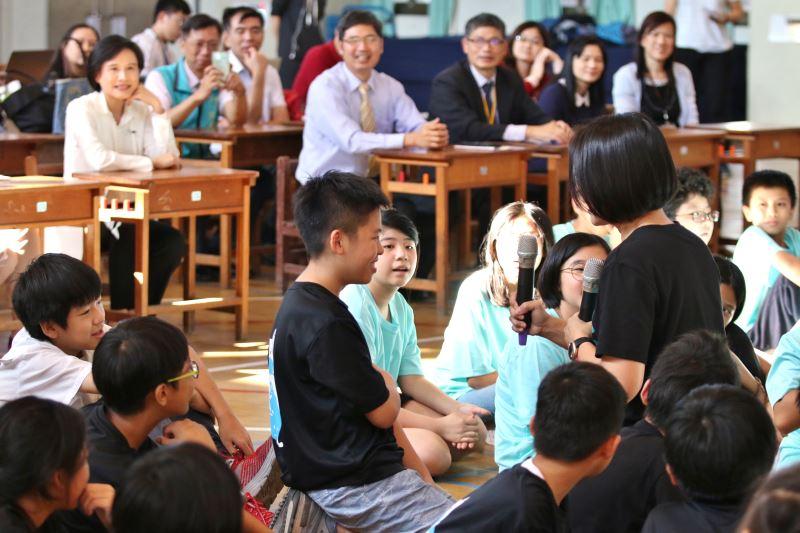 「影響‧新劇場」團長呂毅新引導學童敘述上學時印象深刻的一件事-2