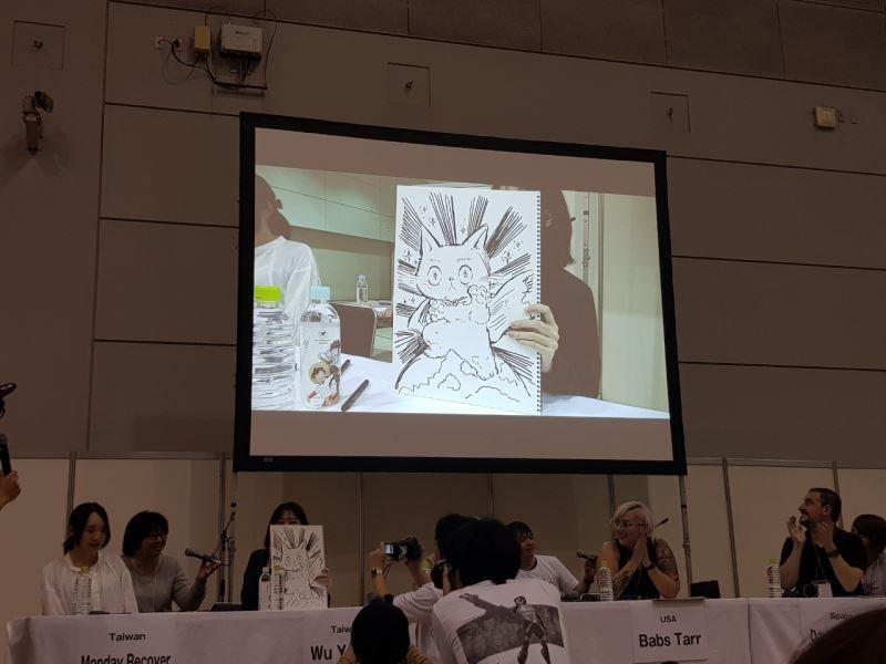 日本北九州海外漫畫祭Kaigai Manga Festa。漫畫新人獎得主吳宇實現場作畫:霸氣又帶有萌感的貓。