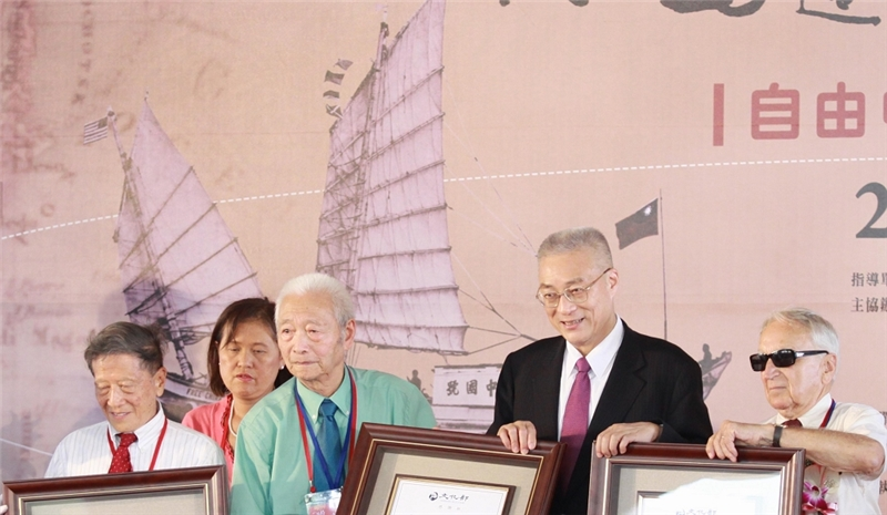 自由中國號船員周傳鈞(左一)、胡露奇左二)及麥克文(右一)接受由吳副總統頒布的文化部感謝狀