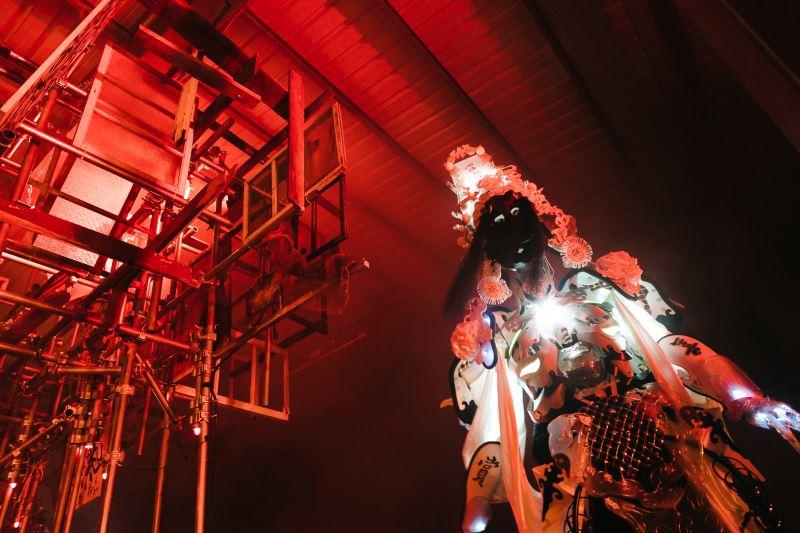 近來,李育昇也將高級訂製服的精神延伸到民俗藝術,期盼讓更多人認識傳統文化;圖為拚場藝術撞擊最新作品《靈蹤》。(簡子鑫攝)