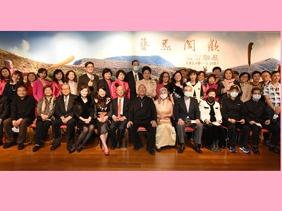 """Group photo of """"Wang Hsiu-Chi's Sculpture and Tsao Chin-Hsia's Flower Art Joint Exhibition."""""""