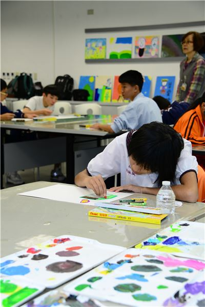 「肯定與接納的藝術行動─特教資源館校合作計畫」,活動包含作品欣賞討論與創作兩單元。圖為特教學員參與創作照片。