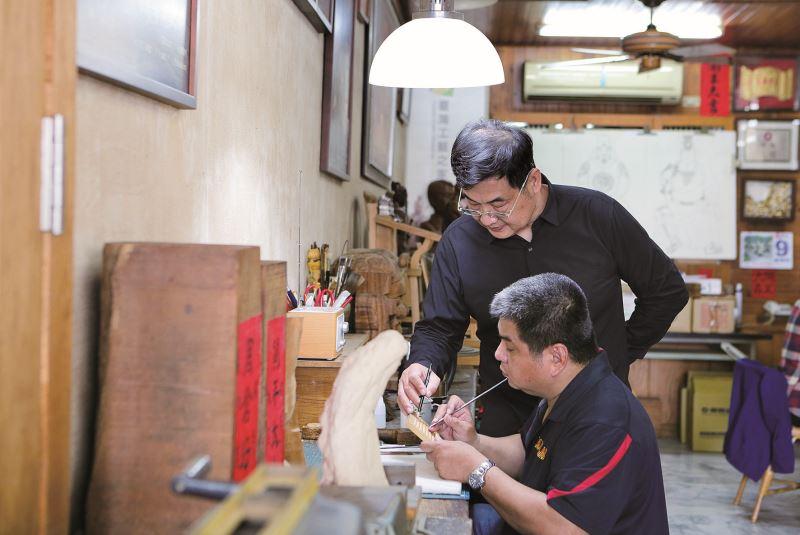 陳啟村在一旁教學指示。