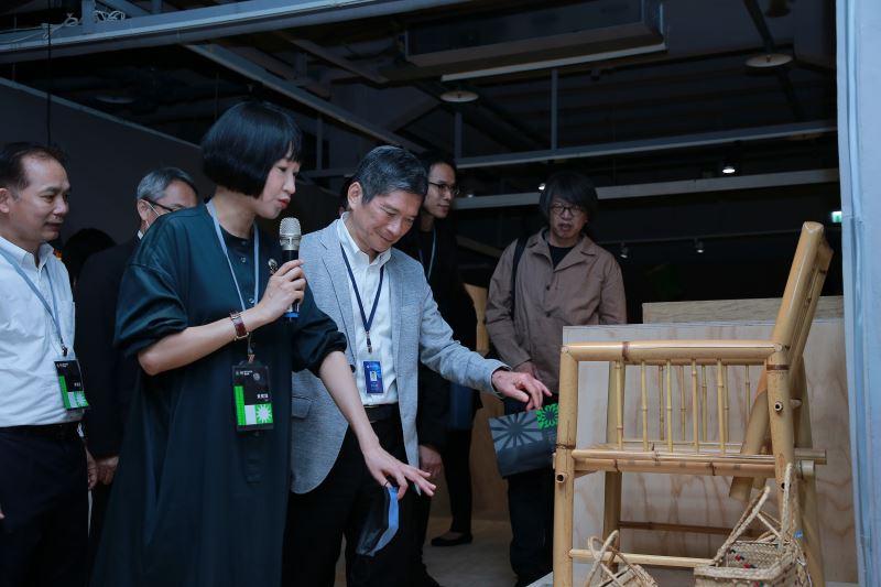 文化部長李永得參觀2021文博會工藝館「微物集會」–〈顏水龍竹製家具〉