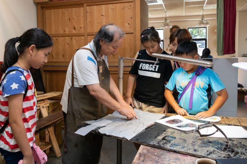 漆工藝師王清源於「傳藝工坊」現場進行動態解說,帶領瞭解傳統工藝製作過程。