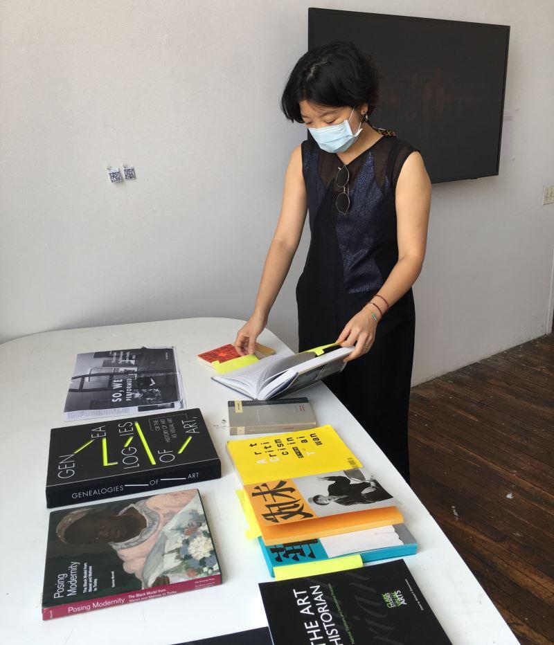 策展人周郁齡解說她的研究-當代的觀點如何介入展覽的時間觀