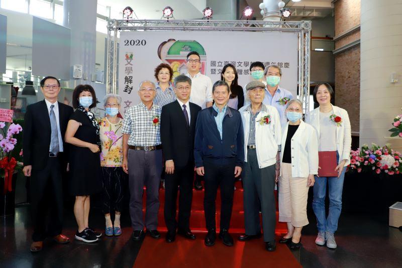 文化部長李永得(前排右4)、臺文館蘇碩斌(前排右5)及文物捐贈者及家屬合影