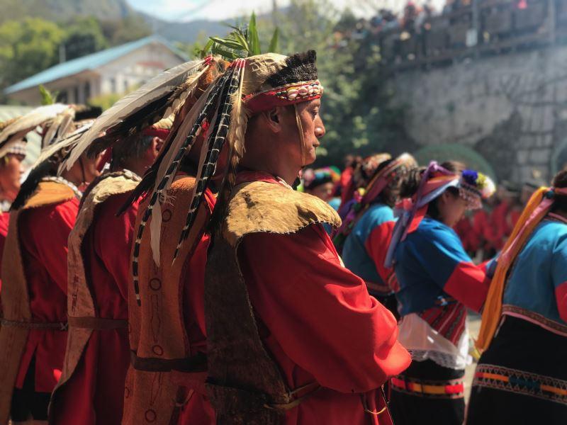 即使因環境、條件變動,傳統祭儀型態、功能也有所變動,但現代的原住民們卻依然嘗試堅守其可以延續的形式。圖為鄒族Tfuya(特富野社)瑪雅斯比祭典照。