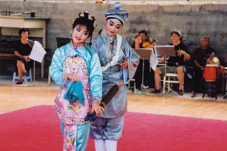 台灣青年學生演員曹雅嵐、蔣佳穎以-益春留傘與漳州藝校學生進行交流
