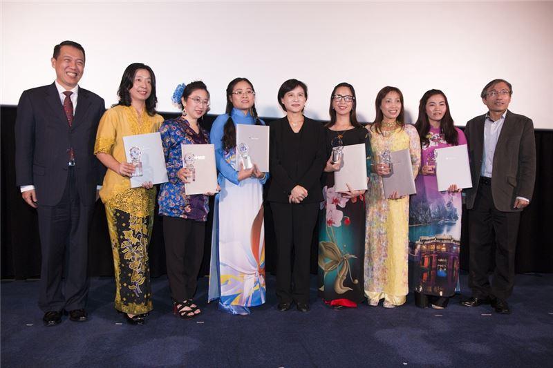 文化部長鄭麗君(中)、次長楊子葆(左一)、主任秘書陳濟民(右一)與六名新住民文化服務大使合影。