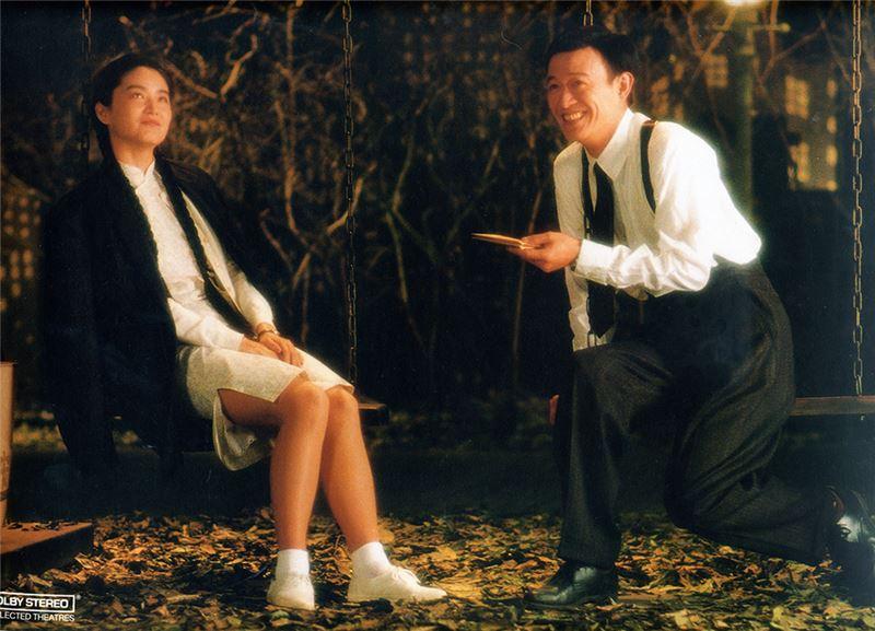 二個劇團正在排演《暗戀》與《桃花源》,但因劇場管理人疏忽,二團爭搶場地,爭執不休、輪替排練。《暗戀》一劇,描述中國東北青年江濱柳與昆明女子雲之凡在上海相戀。過年返鄉之前,二人相約上海公園見面惜別。孰料,國共內戰爆發,一別四十餘年,音訊全無。直到二人垂暮之年,才在臨終病房再次見面,原來二人當年分別來台、各自嫁娶,多年來都生活在台北,卻不曾相遇。《桃花源》一劇,敘述貧賤又不孕的老陶與春花,夫妻失和,春花與袁老闆外遇。老陶絕望之餘,離家投河,卻偶然誤入桃花源──老陶自此生活寧謐安和。但他仍思念春花,決定返家偕她同來;誰知返回武陵之後,卻發現春花與袁老闆生了孩子。二個劇團在排練場上互相排擠又彼此交錯,悲劇和喜劇、戲劇與現實、夢與人生的界線,也逐漸混淆了起來。