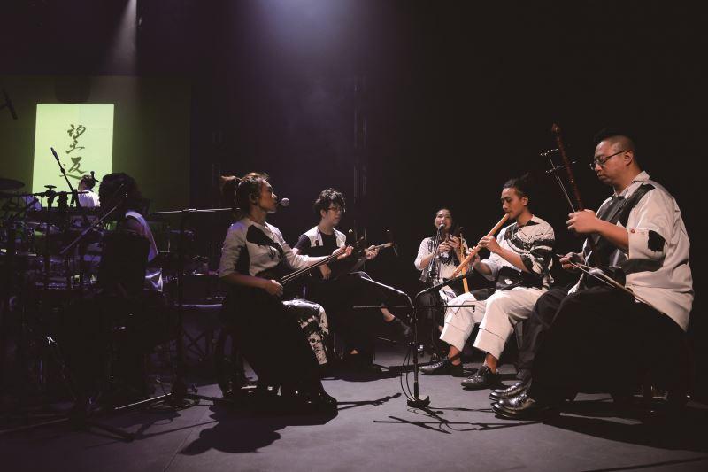 楊易修老師的跨界樂團《异境樂團》,由於有不同類型樂手、樂器,經常須就不同樂風進行多次的討論與協調。