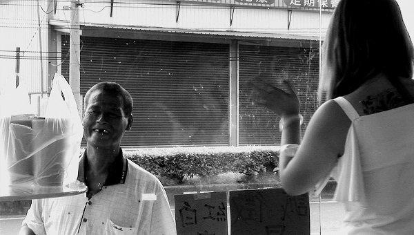 檳榔西施們在這小小霓幻空間內燃燒青春與肉身,為許多勞動朋友提供短暫的慰藉。