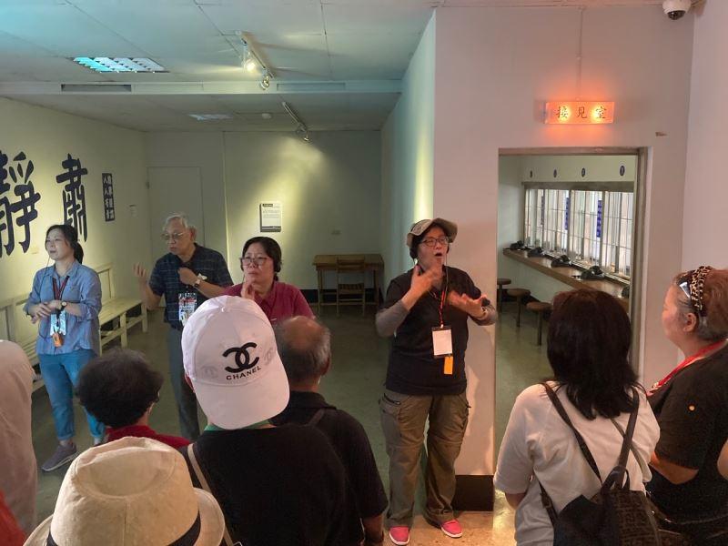圖2_政治受難者陳欽生前輩(左二)口述導覽,並由3名手語翻譯員即席翻譯演示,引領聾人觀眾們身歷其境。