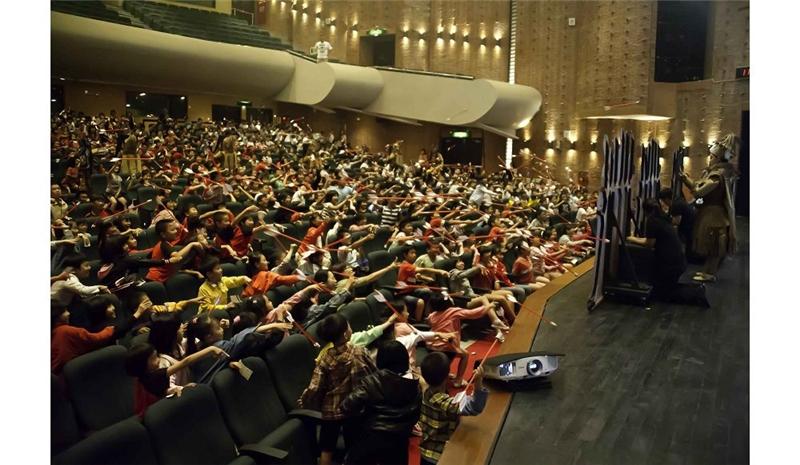 國光劇團《三國計中計》現場觀眾每人有一支安全設計的箭,直接參與演出互動