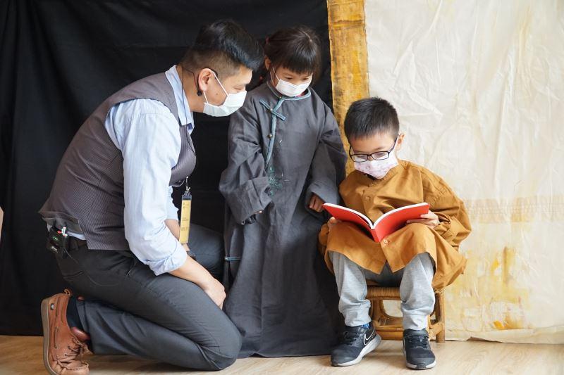 國美館「畫框裡的奇幻旅行」文化體驗教育活動邀請參加小朋友扮演藝術家黃銘哲作品《阿媽與孫》