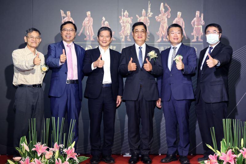 文化部長李永得(左三)與2020年國家工藝成就獎得主陳啟村(左四)及貴賓於頒獎典禮合照