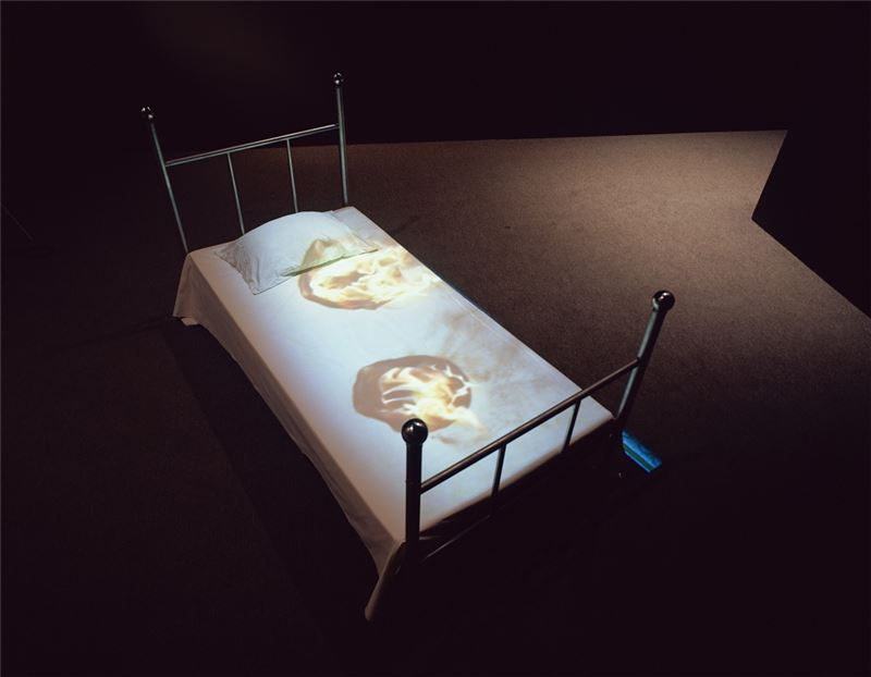 YUAN Goang-Ming〈Reasons of Insomnia〉1998 Bed, iron ball, amplifier, equalizer, mechanical installations, discs, CRT projector, automatic control box, mirror, loudspeaker, sponge, two VCD players 200×100×40 cm