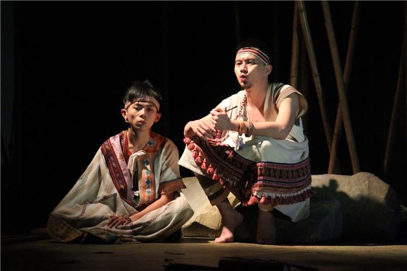 彩虹橋:戲劇是發生1935年的故事,圖左為劇中主角—泰雅族小男孩瓦歷斯,右為瓦歷斯的爸爸比浩。