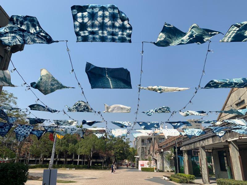 「生活.匠心獨染」─裝置藝術藍染布隨風飄揚,漫步布海下,身心皆舒暢。