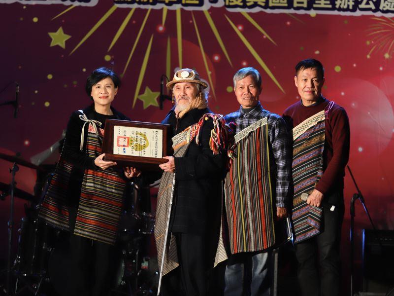 文化部長鄭麗君(左1)親送重要口述傳統登錄認定證書予保存者 Watan Tanga林明福(左2),與兩位藝生Batu Watan林恩成  (左3)及Tasaw Watan達少·瓦旦 (左4)合影
