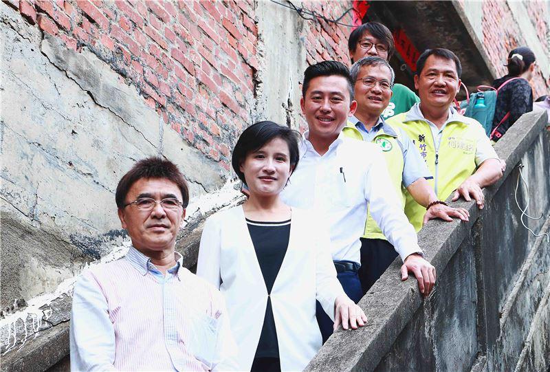 鄭部長(左二)與新竹市長林智堅(左三)等於歷史建築「日本海軍第六燃料廠新竹支廠」合影。