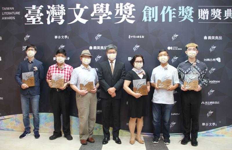 得獎者合影(左起)黃明峯、王永成、陳龍廷、臺文館長蘇碩斌、黃秋枝、王興寶、廖育辰