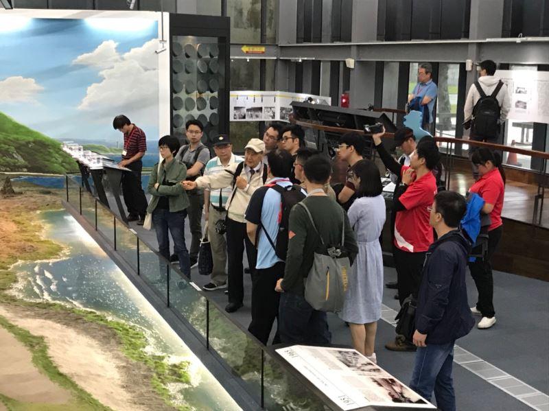 圖片1__受難者前輩張則周(中)於綠島紀念園區與法官學院人權教育專班學員對話交流