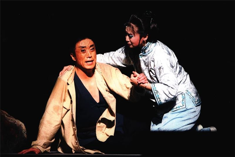 《原野》演出照片(2009)。(李寶春飾仇虎、黃宇琳飾金子)