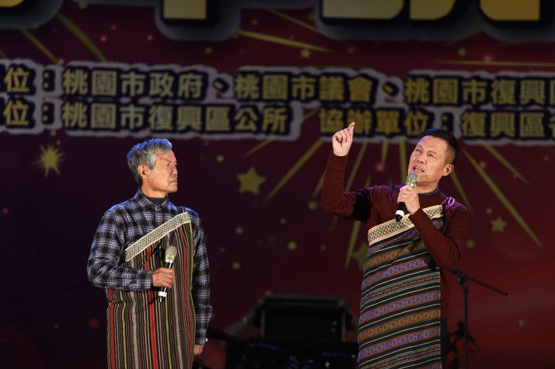 保存者 Watan Tanga林明福的藝生Batu Watan林恩成  (左)及Tasaw Watan達少·瓦旦 (右)示範吟唱