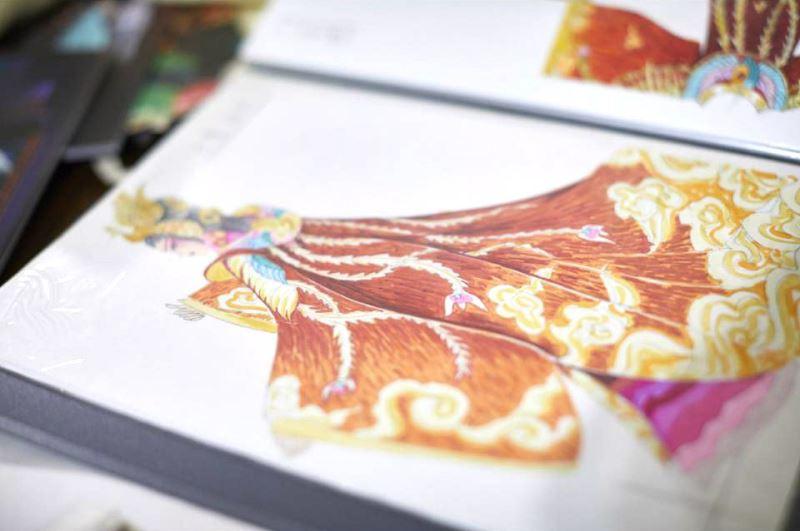 畫草圖是服裝設計的最前哨,此時,與劇如何深刻連結,成為最重要的思考。這是蔡毓芬為《水袖與胭脂》劇中女主角所設計的服裝。