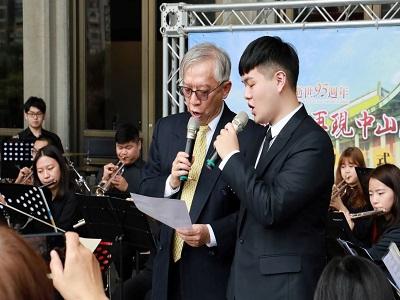 梁永斐館長與周慶鋒同學合唱國父紀念歌