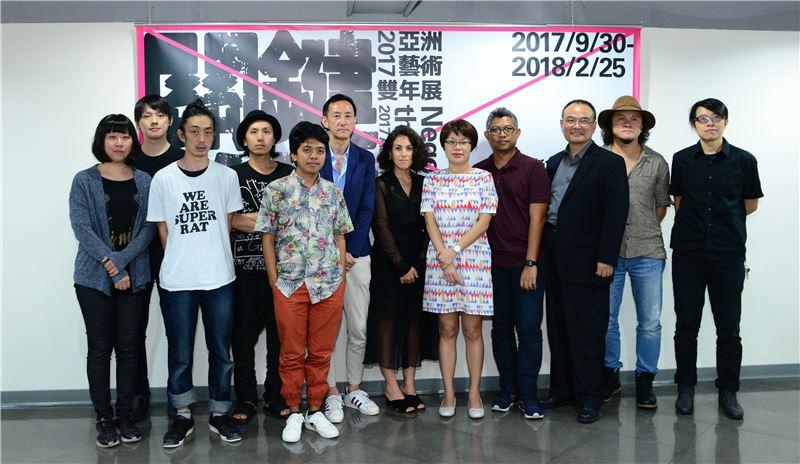 國美館蕭宗煌館長(右三)與策展人及藝術家合影