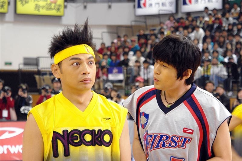 Shi-Jie's innocent, nice personality helps him win the friendship of the captain and the star player.