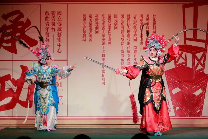 唐美雲歌仔戲團—閃耀青年團:《姑嫂比劍》張名荏(右)、梁芳毓(左)