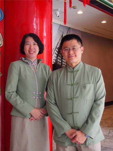 我們的服務人員穿著淺綠色制服(照片)