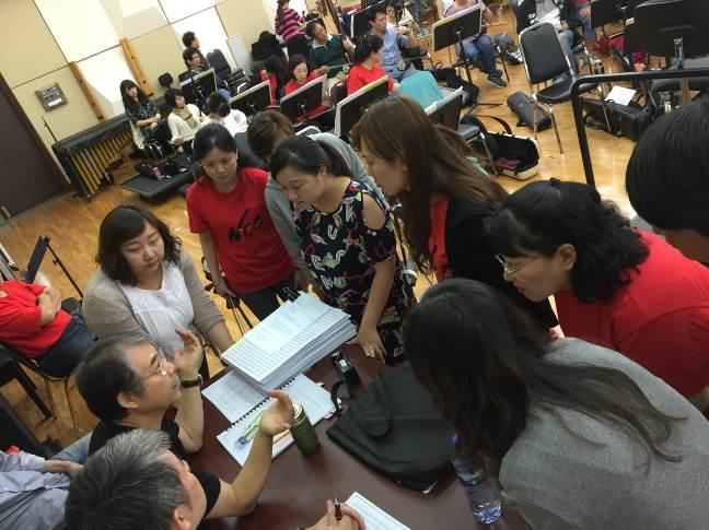 「和平禮讚音樂會」閻惠昌指揮針對弦樂聲部進行樂曲演繹上的溝通。